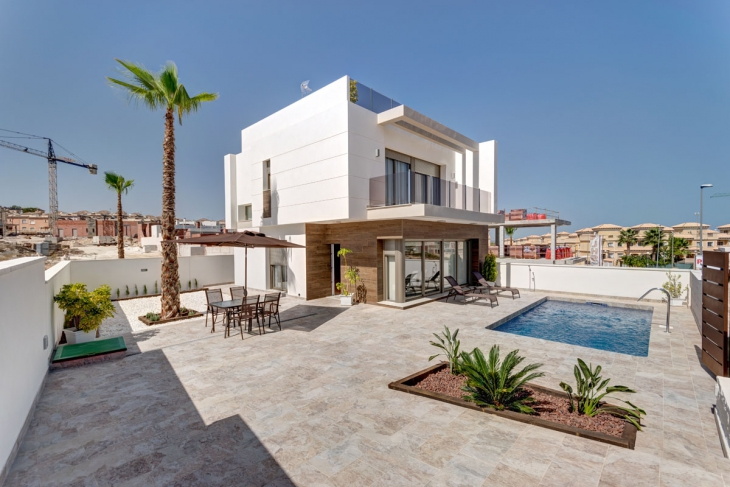 Modern villa with pool for sale in villamartin